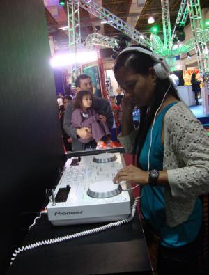 Ana Claudia com o charmoso player CDJ-350-W (White/Branco)