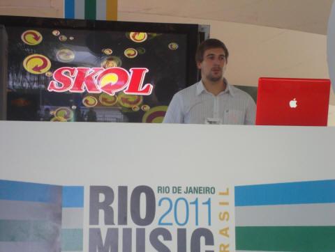 Juliano Junot - ex-aluno do DJ instrutor Wagner J. Pereira (Xtreme-DJ) se apresentando no RMC (palco principal da feira de negócios)
