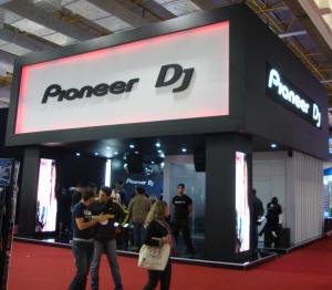 Estande da Pioneer antes de ferver, logo após a abertura da ExpoMusic no dia 24/08