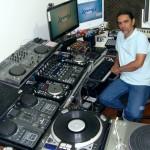 Panorâmica do lado esquerdo do estúdio Xtreme DJ com o DJ instrutor