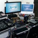 Panorâmica do lado esquerdo do estúdio Xtreme DJ, focando alguns equipamentos