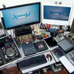 Parte 1 dos equipamentos do lado esquerdo do estúdio do Xtreme DJ