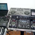 Parte 2 dos equipamentos do lado esquerdo do estúdio do Xtreme DJ.