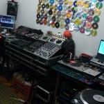 Panorâmica do lado direito do estúdio Xtreme DJ com o DJ instrutor